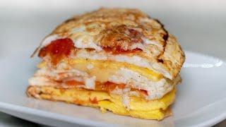 Как сделать завтрак из яиц куриных слоями, желток и белок с колбасой, помидорами и сыром!