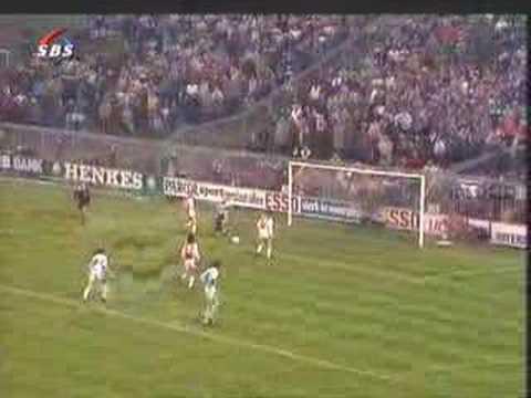 Johan Cruyff entra tocando al ejecutar un penal image