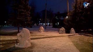 Удивительные снежные фигурки появились около туристического офиса «Красная изба»