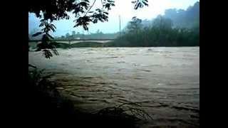 preview picture of video 'Creciente del Río Grande de Manatí en Ciales durante el Huracán Irene (1)'