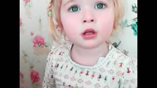 Kelebekten Korkan Küçük Tatlı Kız