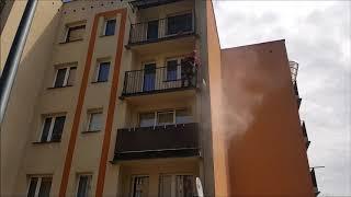 Mycie elewacji balkonów przez pracowników firmy Olanex