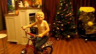 Учимся кататься на велосипеде. Велотрек с препятствиями дома
