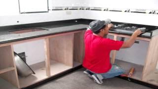 Barra de cocina en porcelanato y cemento for Modelos de cocinas empotradas en cemento y porcelanato