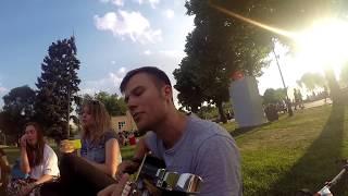 Макс Корж играет на гитаре фаната в Москве в парке Горького