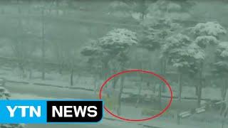 광주 의경들의 사투…폭설에 멈춘 차 '직접 손으로' / YTN