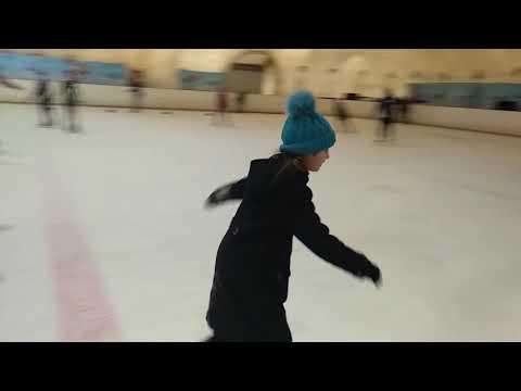 Сколько раз Катя падала на катке!   How many times Katya fell on the rink!