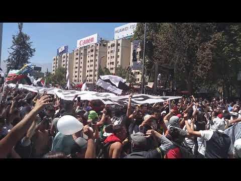 """""""Llegada bombo marcha Renuncia Piñera - Garra Blanca"""" Barra: Garra Blanca • Club: Colo-Colo"""