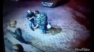 Смотреть онлайн Двое парней решили наказать старика у магазина