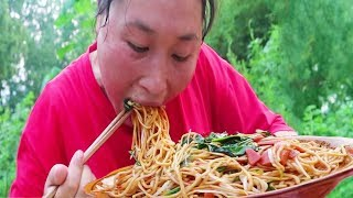 Chinese noodles, fat girls do luxury version, 1 person eats 1 pot