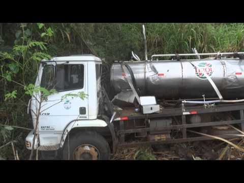 Caminhão de leite tomba na SC 492 em Bandeirante