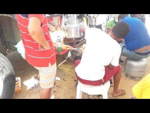 Pessoal se solidariza e ajuda os caminhoneiros em brejo Santo  fazem doações de alimentos. ...