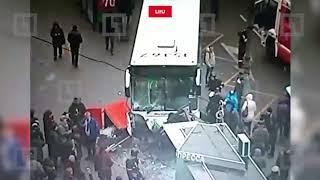Автобус въехал в остановку
