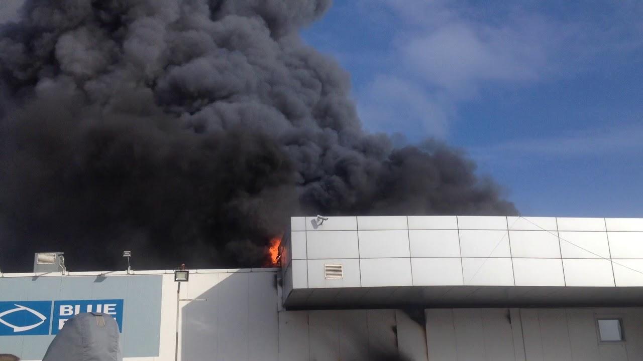 Санкт-Петербург, улица Савушкина горит автосалон Hyundai