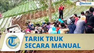Viral Video Ratusan Warga Tarik Truk 8 Ton yang Terguling di Karanganyar Hanya Bermodal Tali Tambang