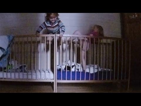 Baby klettert - Reise von Bett zu Bett ♥ Zwillinge lachen, tanzen und klettern - Lustige Baby Videos