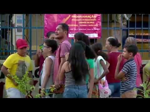 Moradores fazem aglomerações ao receber cestas básicas e kits de limpeza na Várzea