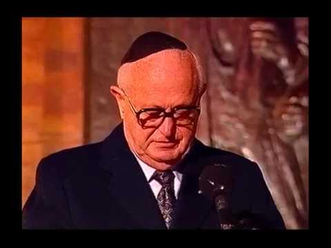 משה זנבר נושא את דבר הניצולים בערב יום הזיכרון לשואה ולגבורה ביד ושם בשנת 1998