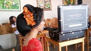 Peserta The Hairdo Workshop N.P. Rani Ekayanti Praktekkan Sanggul Bali Serat
