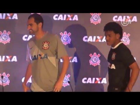 Corinthians apresenta camisa com novo patrocinador