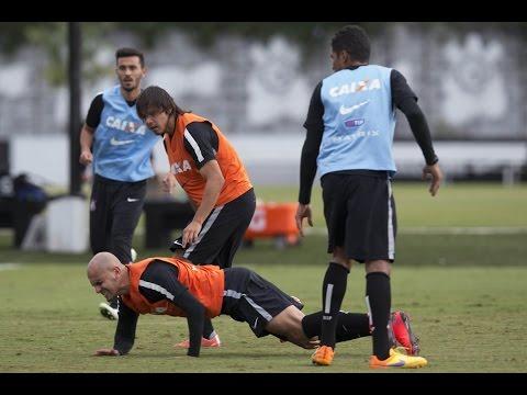 Treino do Corinthians com supresa na equipe titular