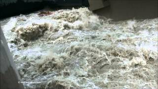 preview picture of video 'Hochwasser Donau Wehr Langenzersdorf 05-06-2013 danube flooding'