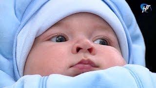 Семьи с новорожденными поздравили в городском отделе ЗАГС