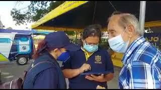 Adultos mayores llegan a inscribirse para ser vacunados al parque central de Villa Nueva