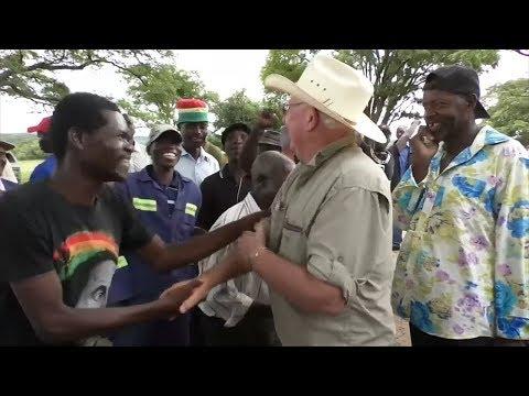 Жители Зимбабве радостно приветствуют бывшего хозяина фермы