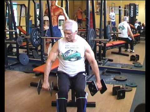 Trening siłowy w hali dla wszystkich grup mięśniowych