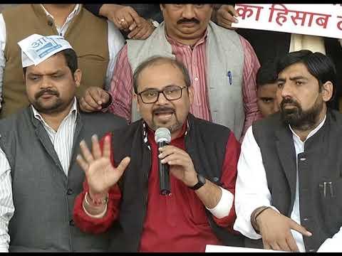 दिल्ली में जारी सीलिंग के खिलाफ AAP के नेता दिलीप पांडे सिविक सेंटर के सामने क्रमिक अनशन पर बैठे