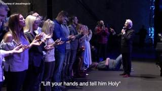 Roy Fields Gets Rocked at Benny Hinn Meeting | Kholo.pk