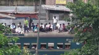 preview picture of video 'Dhaka. Bangladesh. Travel on the rooftop of a train'