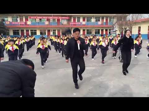 Ежедневные синхронные танцы в китайской школе