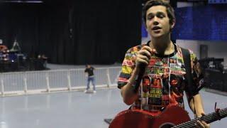 Austin sings Shadow en Español en Mexico