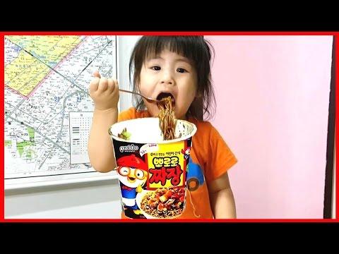 서은이가 뽀로로 짜장을 먹었어요 오빠들한테 나눠주네요 ^^ Pororo black noodle [서은이야기]