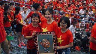 CĐV Hải Phòng ăn mừng chiến thắng của Việt Nam trước Philipines ấn tượng AFF cup