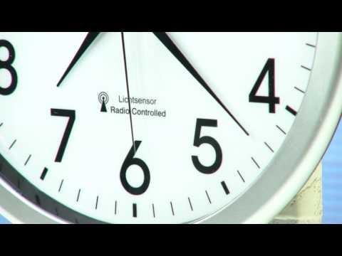 St. Leonhard Funk-Wanduhr mit automatischer Zifferblatt-Beleuchtung