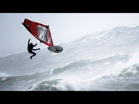hqdefault - Haciendo windsurf con el viento de un huracán