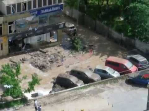 Прорыв трубы в Голосеевском районе: 20-метровый фонтан и метровая грязь
