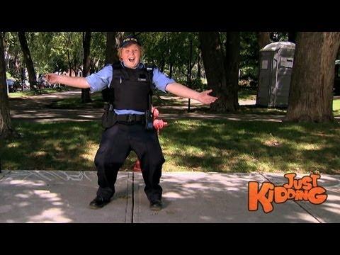 שוטר בגן ילדים - מתיחה מצחיקה!