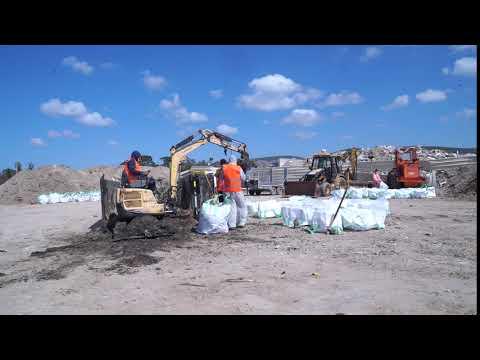 צפו: מפנים מאות טונות של פסולת זפת מהחופים