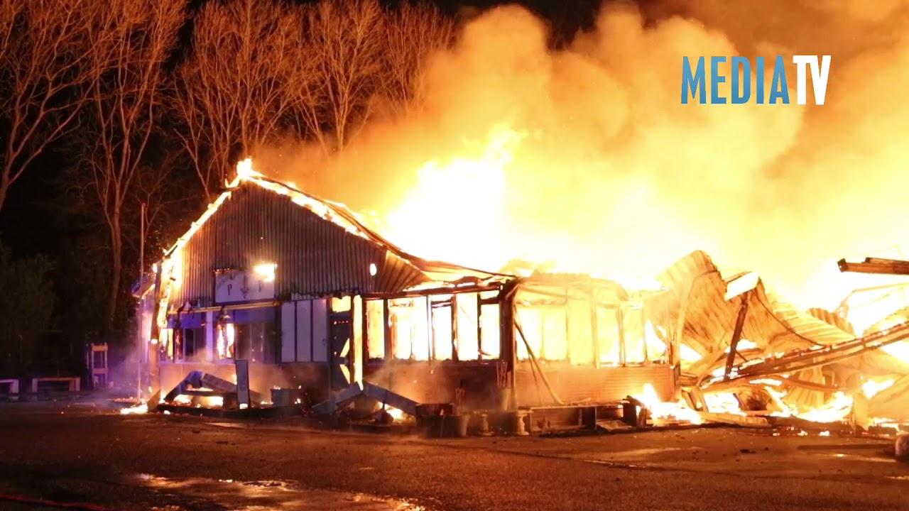 Enorme brand verwoest houthandel Krommedijk Zuidland
