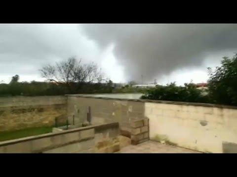 العرب اليوم - شاهد : إعصار مدمر يضرب جنوب إيطاليا