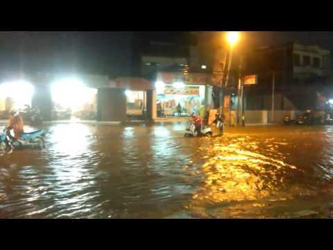 Banjir di ujung berung depan polsek ujung berung bandung