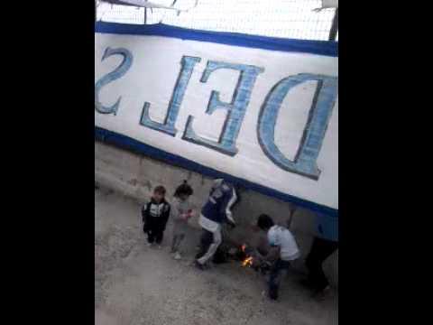"""LA BANDA DEL SANDIA. QUEMANDO TRAPO DEL MADRYN."" Barra: La Banda Del Sandia • Club: Guillermo Brown"