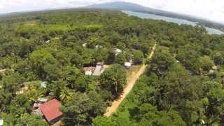 preview picture of video 'Quadrocopter flug über Dschungeldorf in Rio Dulce Central America'