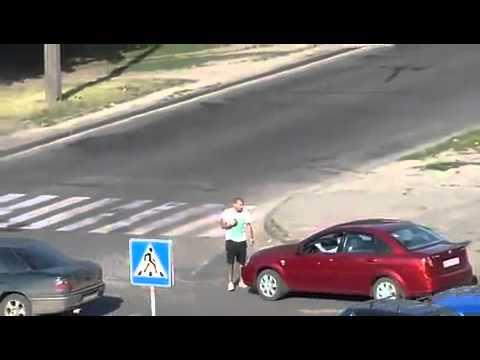 酒醉男子大鬧街頭 被一拳ko