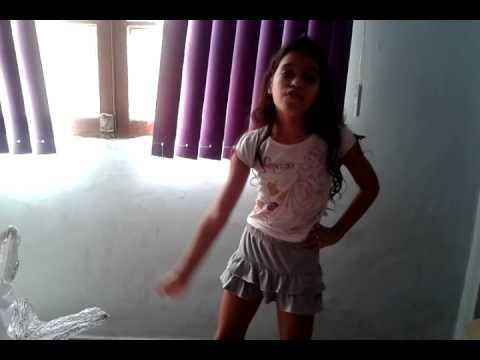 Menina dançando show das poderosas Anita