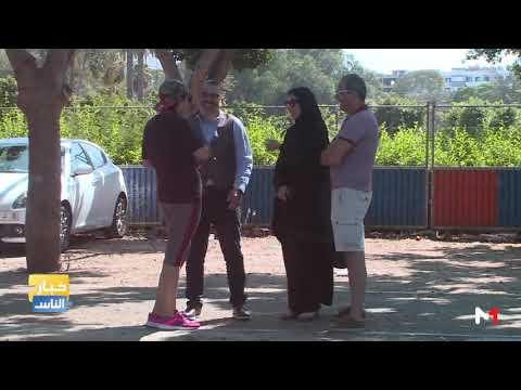 العرب اليوم - شاهد : زوج يضرب زوجته في الطريق العام لرصد ردود فعل المارة